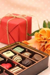 バレンタインに甘いものが苦手な職場の同僚と上司に何を贈る?メッセージを添えて。