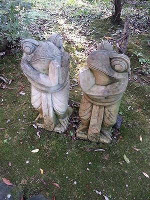 バリかえる石像