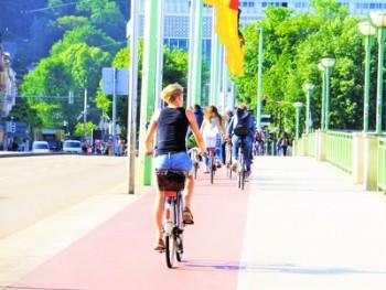 自転車汗で化粧崩れ対策はどうする?化粧直しの必需品と注意点は?