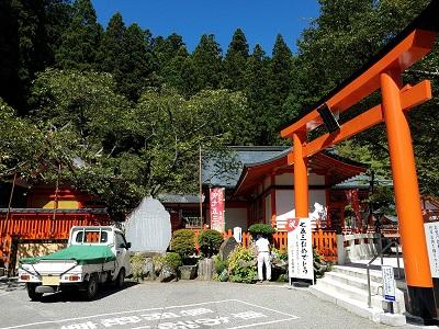 金桜神社お水取り龍の口駐車場入り口