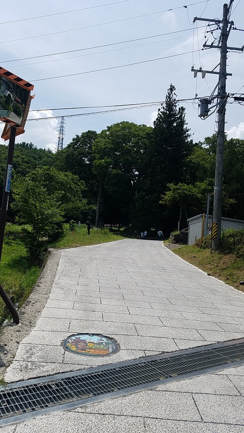 諏訪大社宮前坂道のぼる