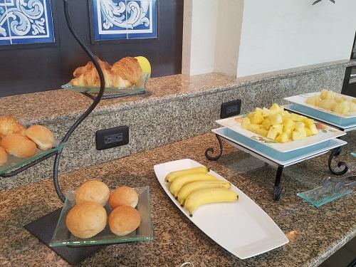 コンシェルジュラウンジティータイムパンとフルーツ