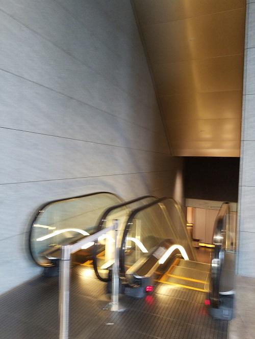 虎ノ門ヒルズ2階から1階入り口へ