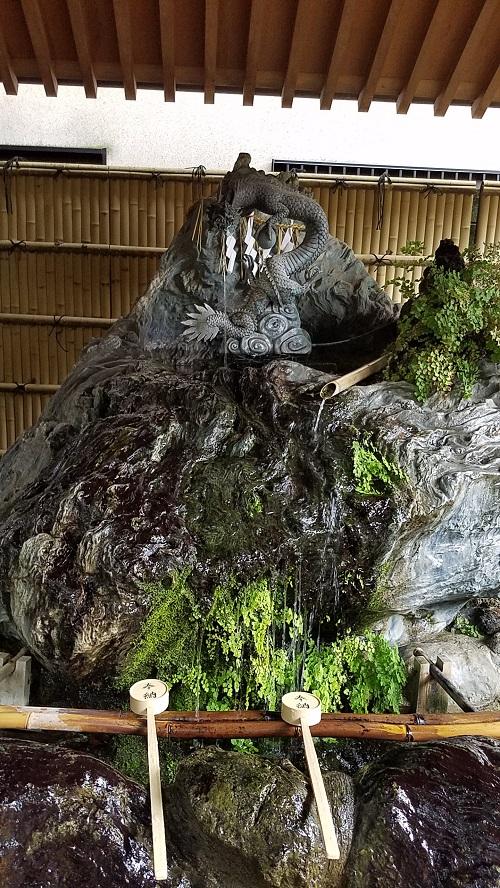 馬橋稲荷神社のパワースポット龍の手水舎